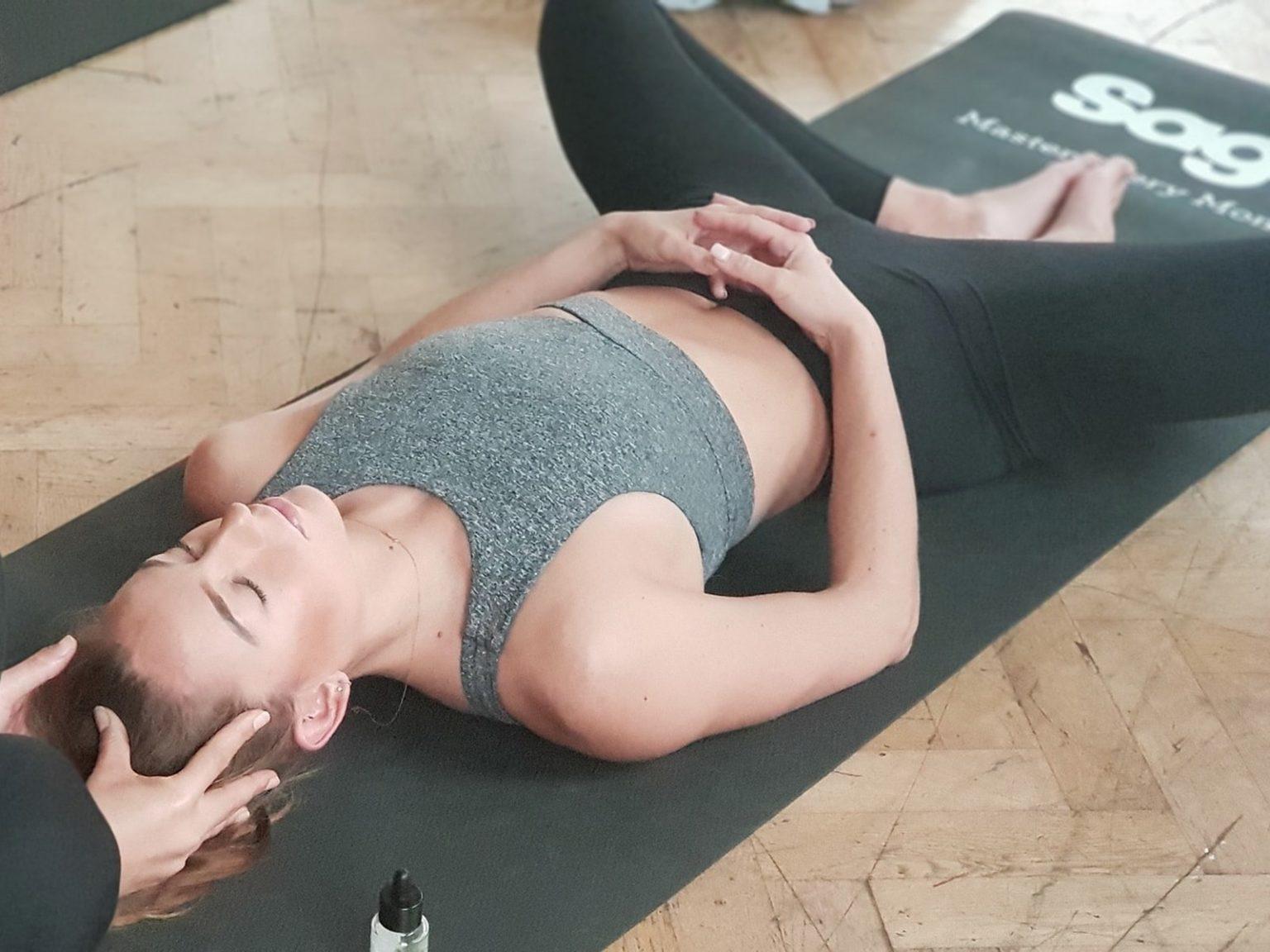 йога и неинтенсивные виды спорта благоприятны в критические дни - ими заниматься можно