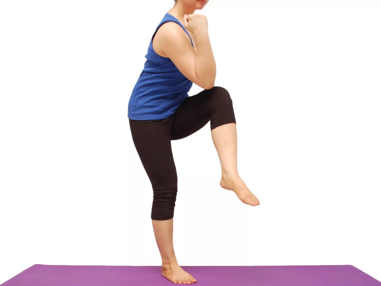 упражнения на пресс - диагональный подъем колена