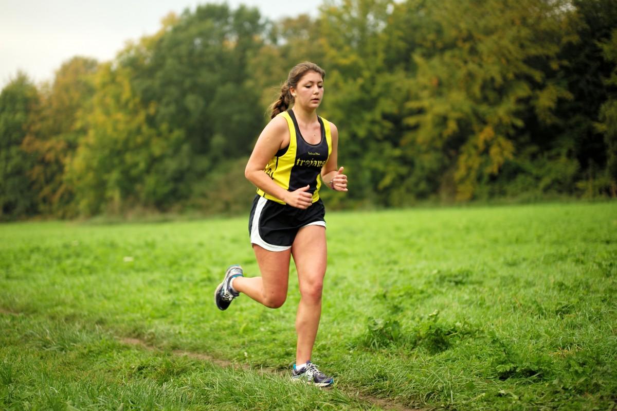 легкие пробежки, плавные виды спорта полезны во время менструации