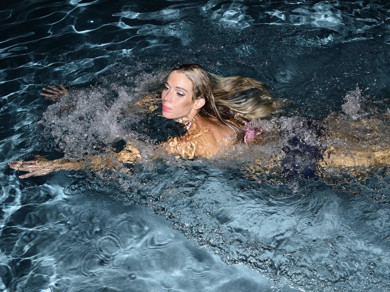 плавание и неинтенсивный спорт в период месячных снимают напряжение, ими заниматься можно